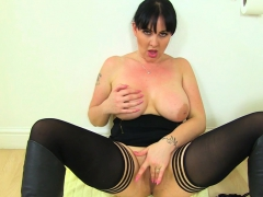 British milf Amber Leigh needs anent acquire stay away from just about lavatory