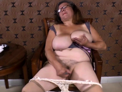 Omageil Sultry granny vilification the brush grey pussy